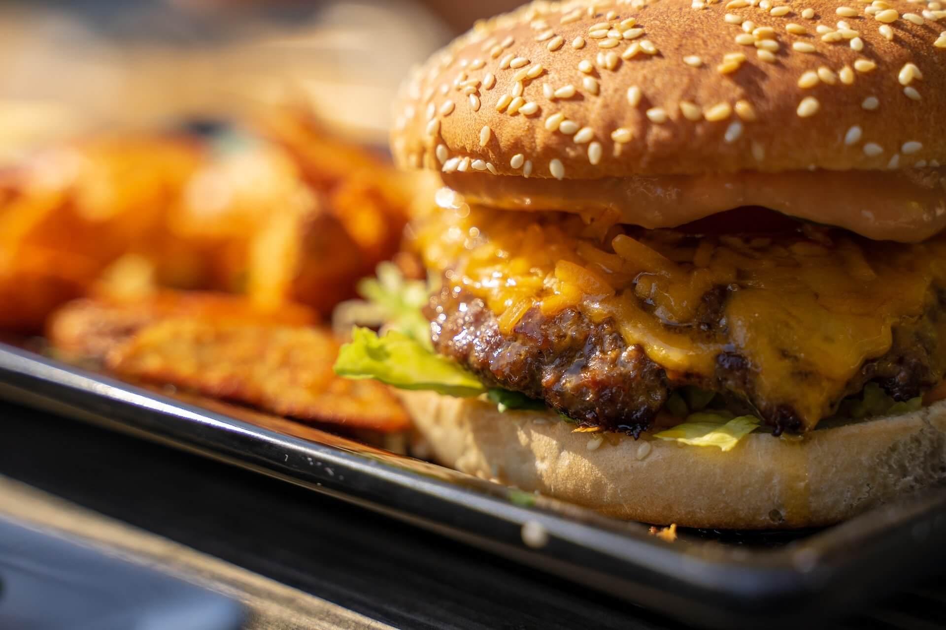 burger maison avec fromage et compotee d'oignons