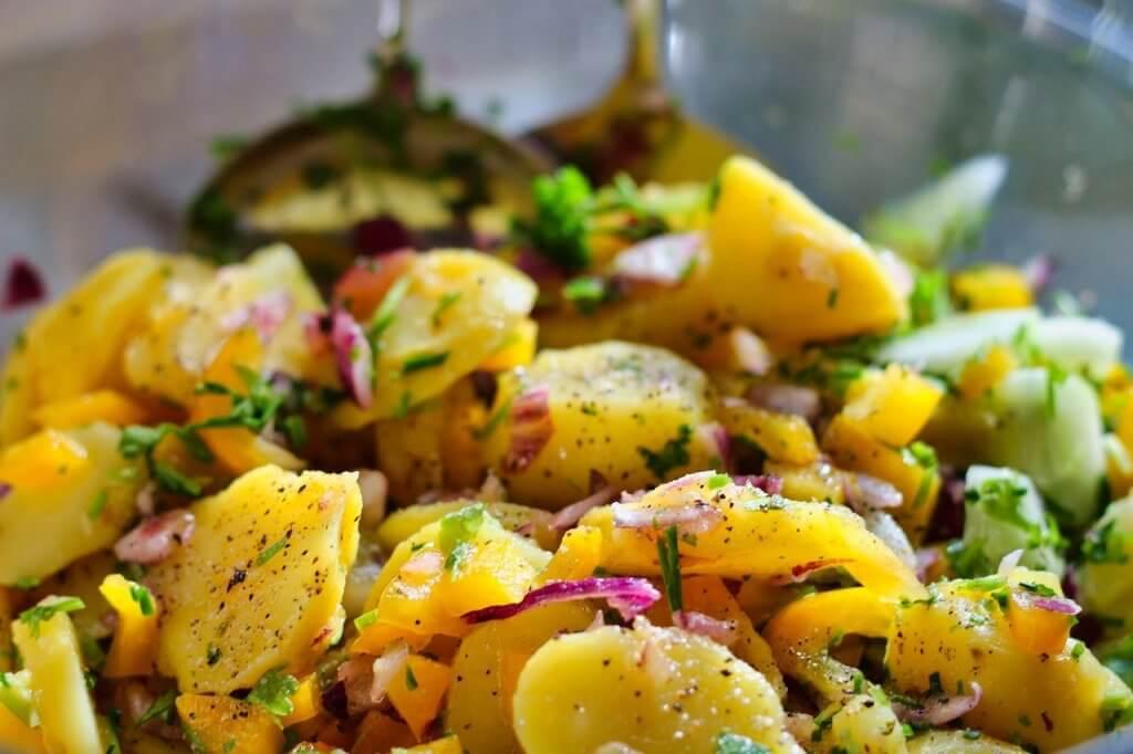salade de pommes de terre en accompagnement burger maison
